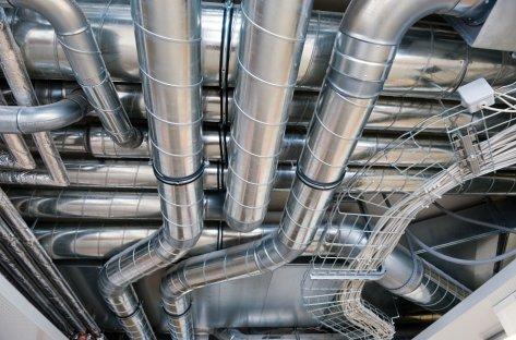Nærbilde av ventilasjonskanaler i tak.