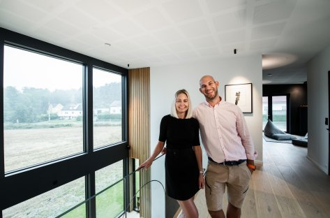 Par står foran vindu i huset Villa Funcio.
