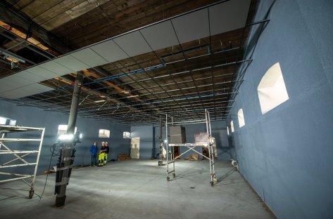 Vi ser et stort rom i museet hvor det arbeides med å ferdigstille himlingen.