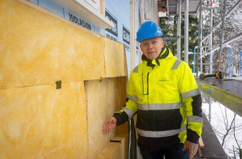 Bilde av isolasjonsplater i yttervegg og daglig leder i Prosjektmester AS, Tom Ljosåk.