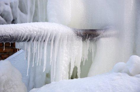 Nedfrosset rør med masse is