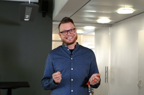 Lyddoktor Halvor Berg smiler til kamera