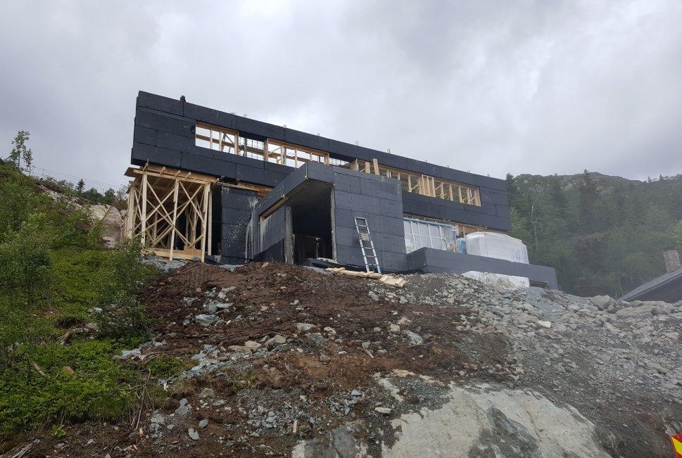 Hytte under oppføring med isolert mur i Hemsedal