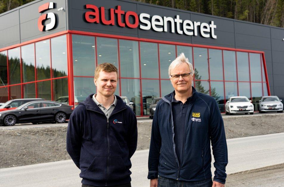 Mathias Andersen i ABS Teknikk AS (t.v.) og salgsingeniør Kai Håkon Dahl utenfor Autosenteret ved Trondheim.